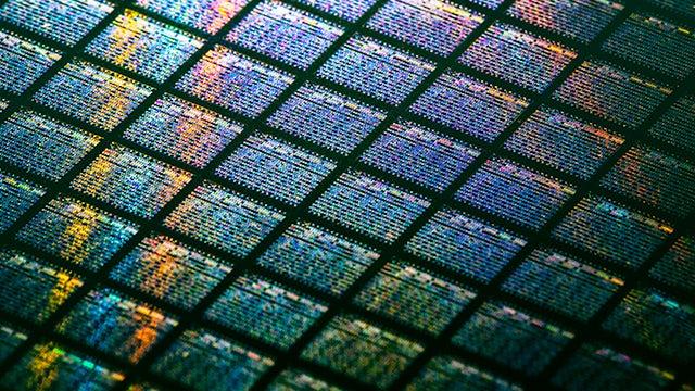 Calibre CMPAnalyzer / close-up of chips on a wafer